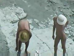 Любительский секс на пляже стоя