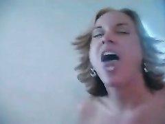 Возбужденная жена играет с членом друга мужа