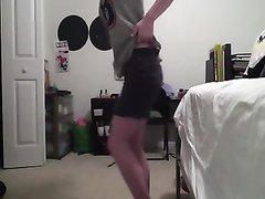 Очаровательная студентка пытается танцевать стриптиз