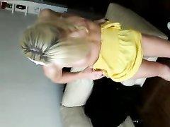 Красивая блондинка использует член своего мужа как секс игрушку