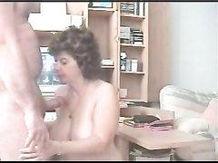 Пожилая пара занимается сексом днем
