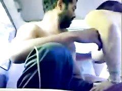 Индийский любительский секс в машине