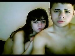 Молодая латинская пара перед вебкамерой
