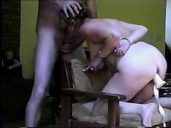 Муж трахает свою связанную жену большим дилдо и затем членом