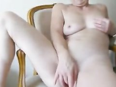 Жена быстро доводит себя до оргазма на стуле
