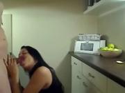 Муж взял жену на кухне
