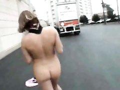 Милая молодая девушка гуляет голышом по городу