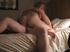 Женатая пара практикует позу где жена сверху