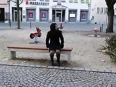 Татуированная жена раздевается на публике и трахает себя огромным вибратором