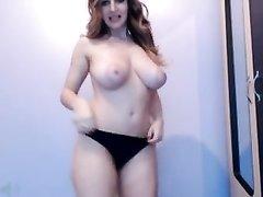 Грудастая красотка сексуально танцует перед вебкамерой