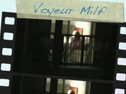 Подглядывание через окно за мастурбирующей одинокой женщиной