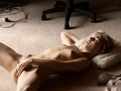 Одинокая молодая девушка мастурбирует на полу