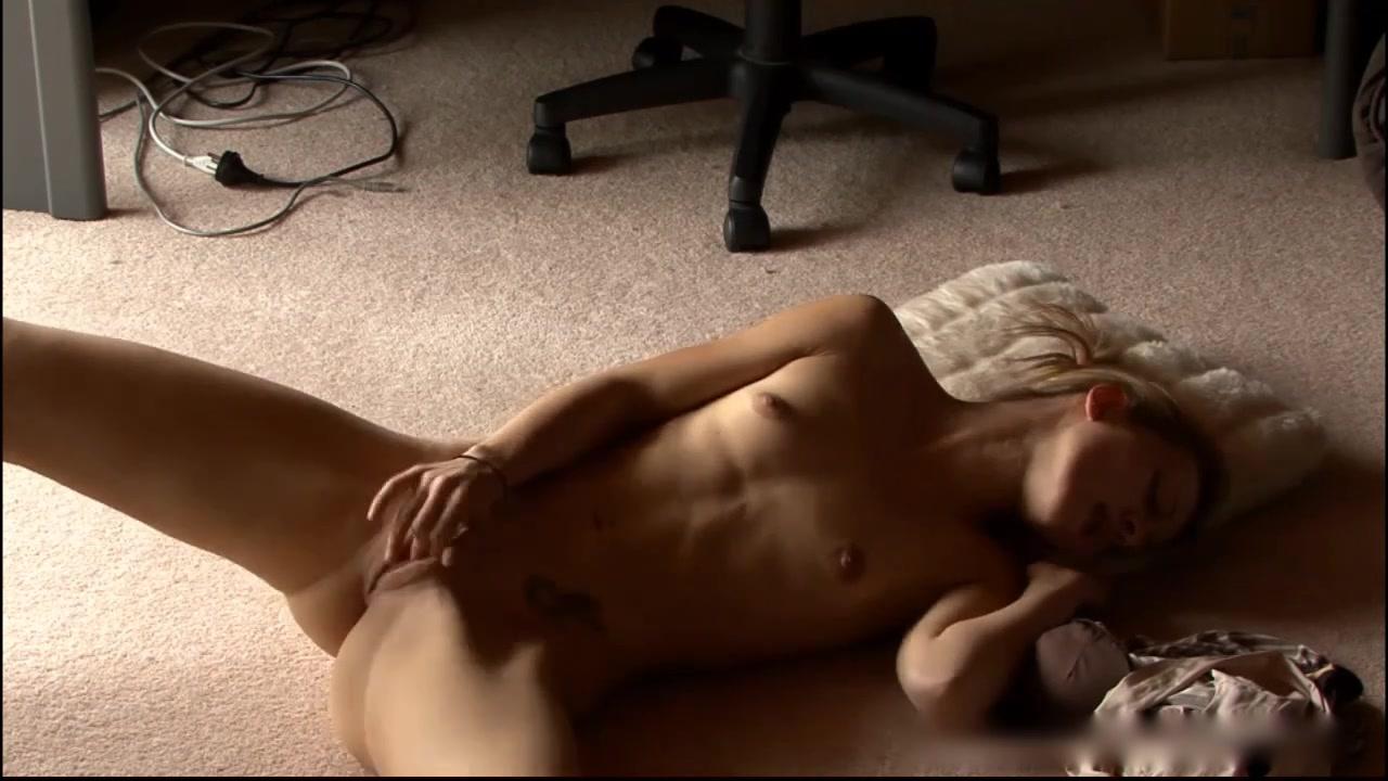 Девушка смотрит порно и мастурбирует видео смотреть фото 756-542