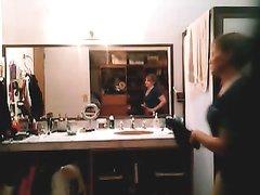 Жена перед принятием ванной