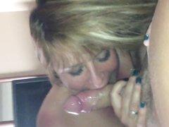 Вот как моя жена умеет сосать член и она просто обожает когда я кончаю ей в рот