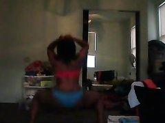 Негритянка роскошно трясет своей попкой без трусиков