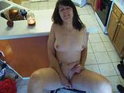Пожилая вдова мастурбирует на любительскую камеру
