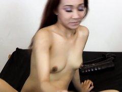 Азиатка использует большие игрушки