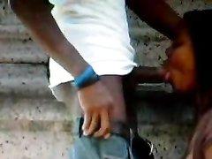 Негритянка умело сосет на улице