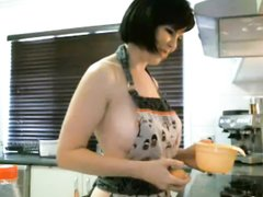 Голая мамаша снимает себя на вебкамеру на кухне
