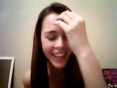 Похотливая студентка очень возбудилась и решила снять свою мастурбацию на вебкамеру