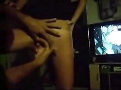 Парень знает как сделать приятно пальцами своей стоящей перед телевизором девушке