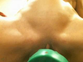 Огромный зеленый дилдо заставляет эту нимфоманку сквиртить