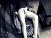Скрытая камера зафиксировала как мама удовлетворяет себя пальцами на диване