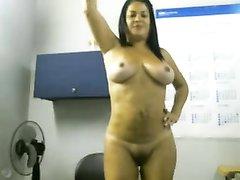 Зрелая женщина снимает себя голой в офисе