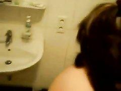Немец кончил своей милой девушке на лицо после минета в ванной