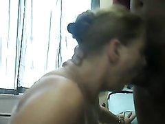 Испанская жена сосет и делает глубокую глотку на коленях