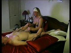 Мужчина трахает лучшую подругу своей жены, пока ее нету дома