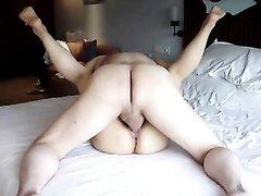Азиатка и ее белый супруг занимаются домашним сексом