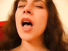 Жена мастурбирует свою киску, которая полностью вся в пирсинге