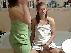 Лесбиянки целуются в ванной после душа