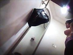 Скрытая камера засняла молодую девушку в примерочной магазина нижнего белья