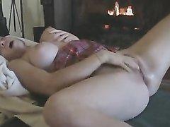 Девушка с большой грудью жестко мастурбирует крупным планом