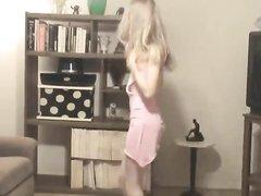 Блондинка танцует стриптиз и снимает свое розовое платье
