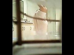 Милая девушка заснята в душе на скрытую камеру
