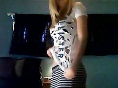 Страстная блондинка показывает неплохой любительский стриптиз
