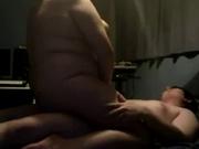 Толстая студентка и ее молодой человек на кровати