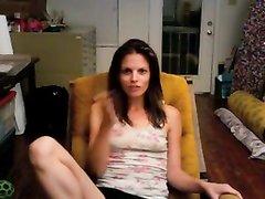 Привлекательная зрелая женщина мастурбирует в кресле