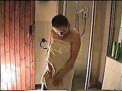 Жена моется в душе