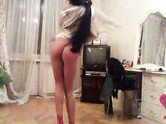 Красивая украинская девушка танцует голой