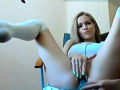 Роскошная блондинка на стуле жестко мастурбирует