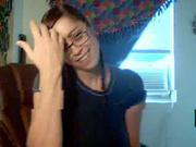 Очкастая студентка перед вебкамерой мастурбирует киску и онлайн показывает попу