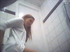 Студентка зашла в туалет и села на унитаз, а по скрытой камере на неё смотрел озабоченный мужик