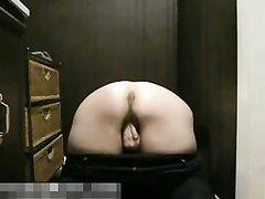 Толстая женщина по вебкамере показывает огромную попу и сняв трусики мастурбирует киску