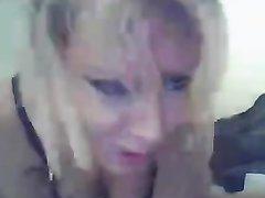 Английская блондинка в колготках нагнувшись делает минет любовнику