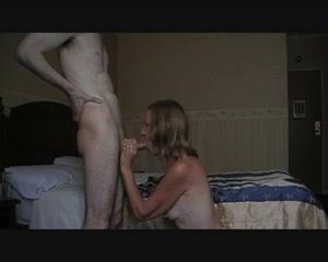 Придя домой к зрелой любовнице паренёк трахнул в рот и киску стройную пенсионерку и кончил на её лицо
